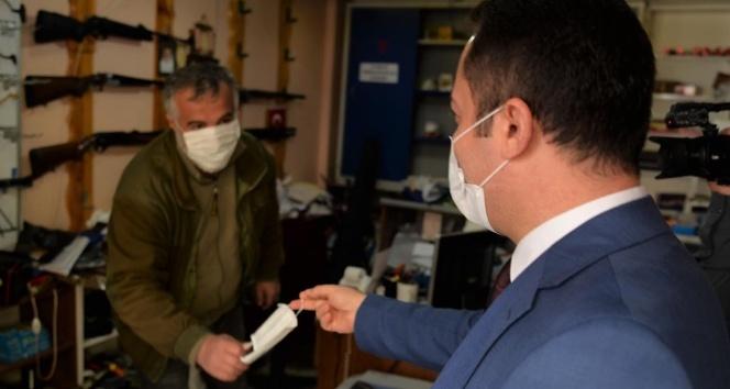 Vali sokağa çıkarak vatandaşlara bizzat maske dağıttı
