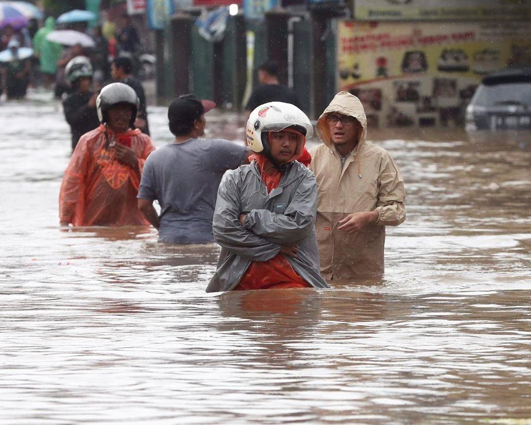 ENDONEZYA'DA ŞİDDETLİ YAĞIŞLAR HAYATI DURDURDU!
